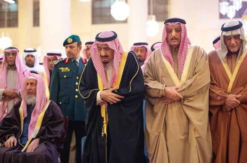 الملك وولي العهد يؤديان صلاة الميت على بندر بن محمد